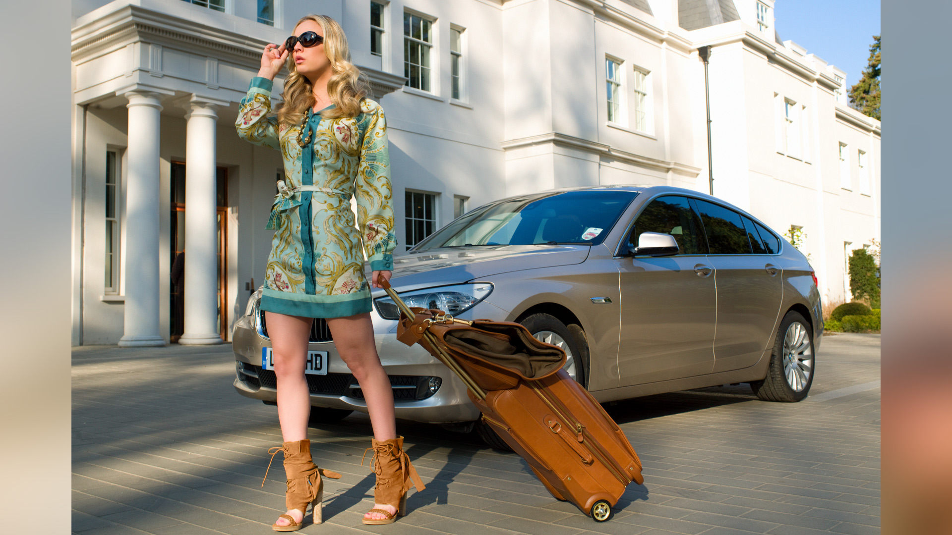 We envy Kaley Cuoco's travel style