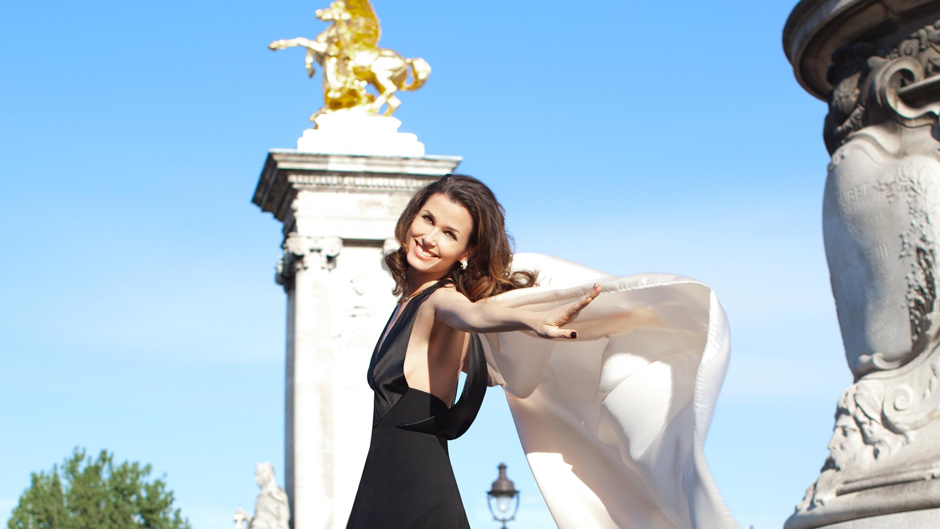 Bridget Moynahan's beauty lights up Paris
