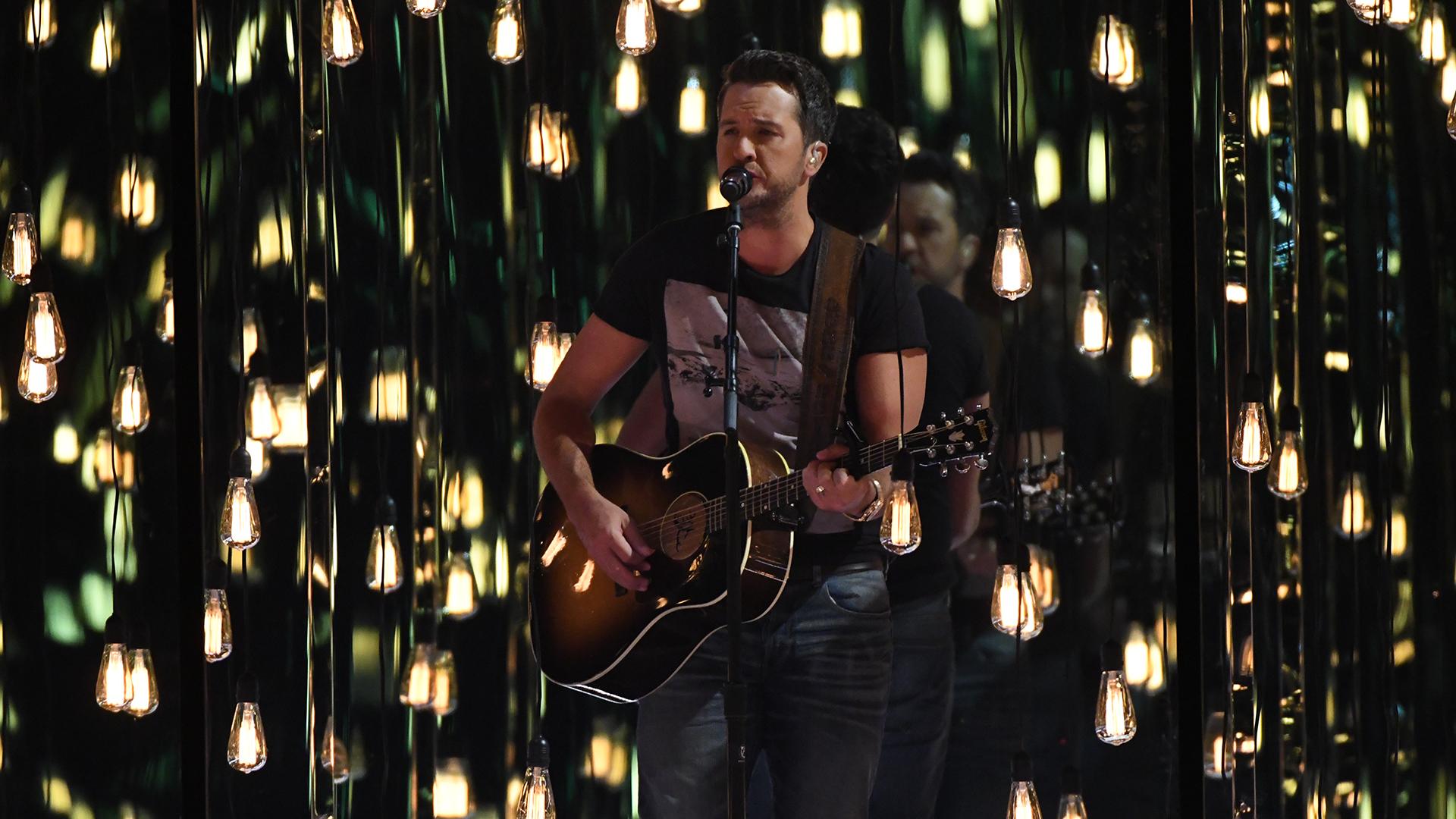 Luke Bryan performs