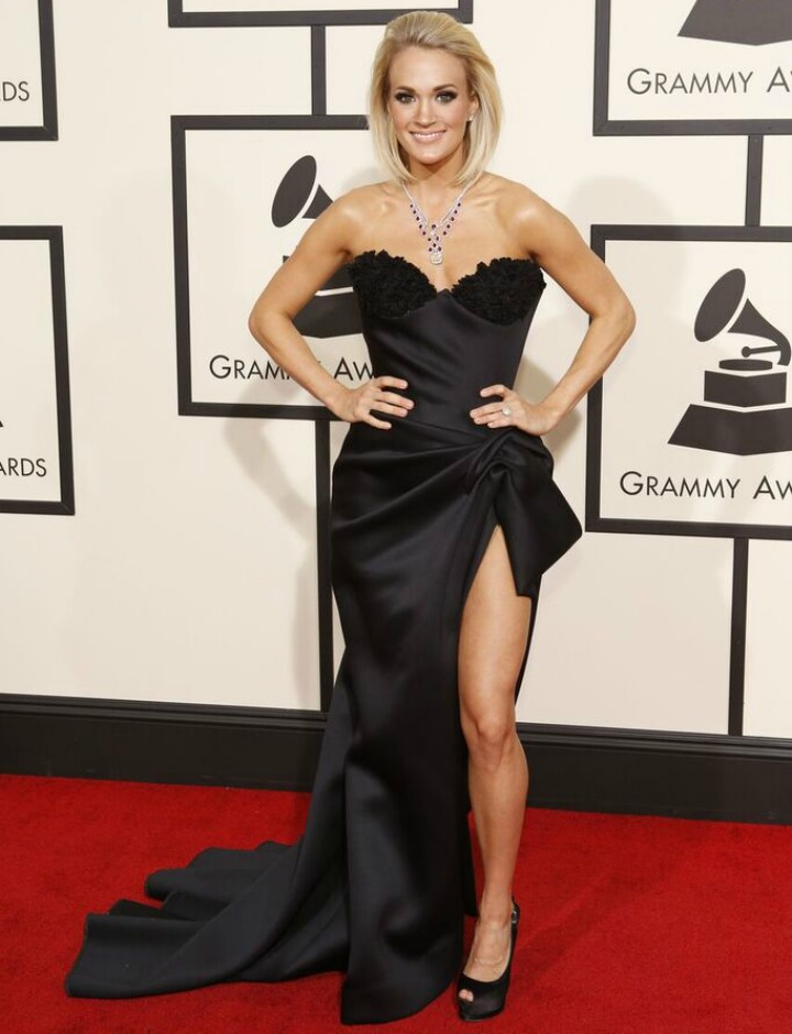 Carrie Underwood flashes a big smile on the red carpet.