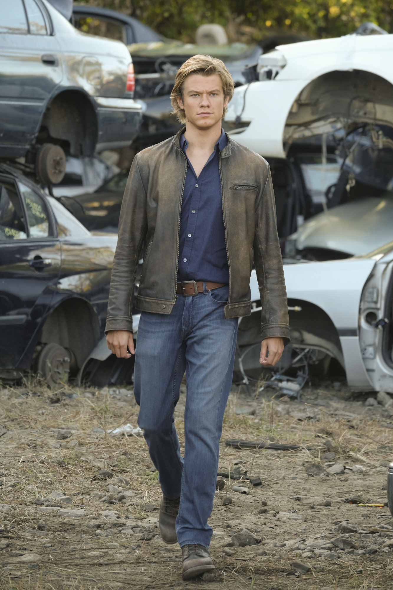 MacGyver notices something amiss in the junkyard.