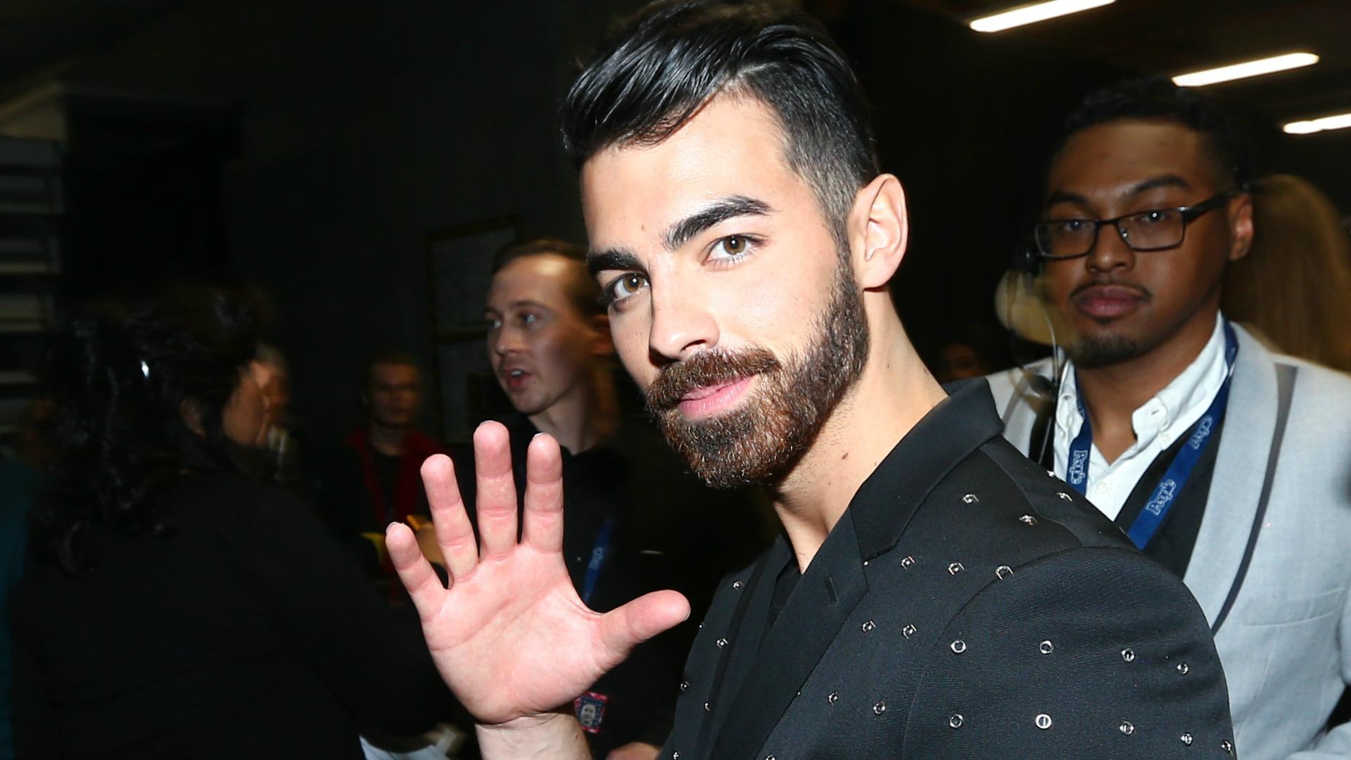 Joe Jonas always has time to say,