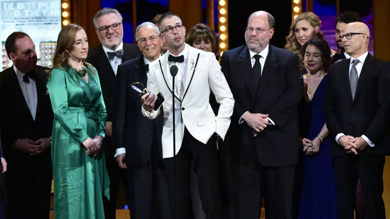 The Humans wins the 2016 Tony Award for Best Play.